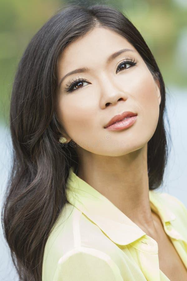 Красивейшая китайская азиатская девушка молодой женщины стоковые изображения rf