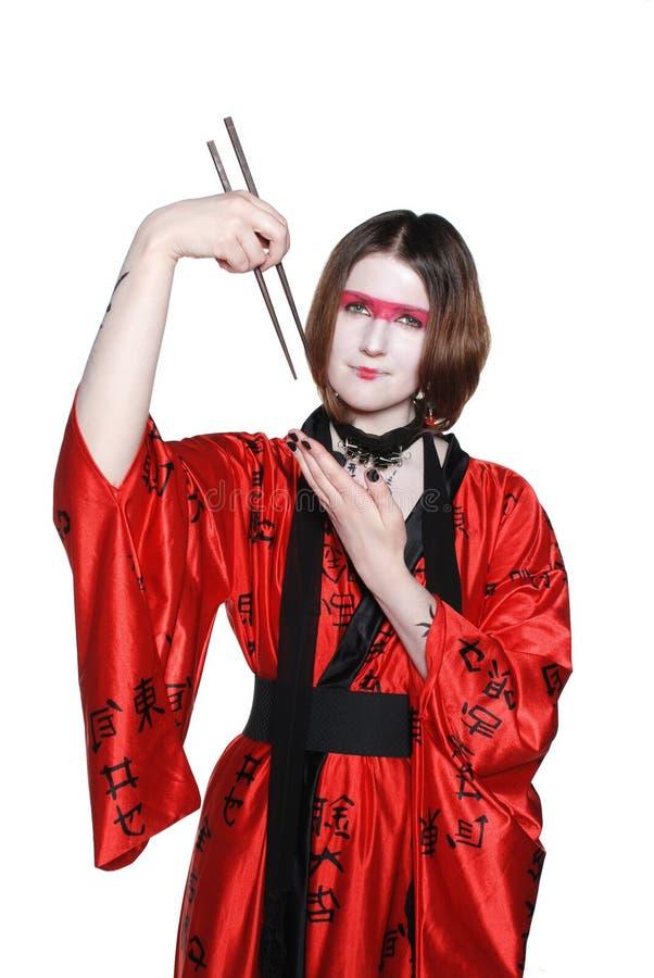 Красивейшая молодая девушка гейши в кимоно с шпагой стоковое фото rf