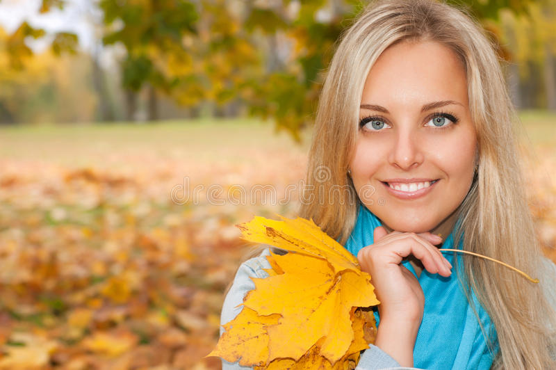 Красивейшая молодая женщина в пуще осени стоковые изображения rf