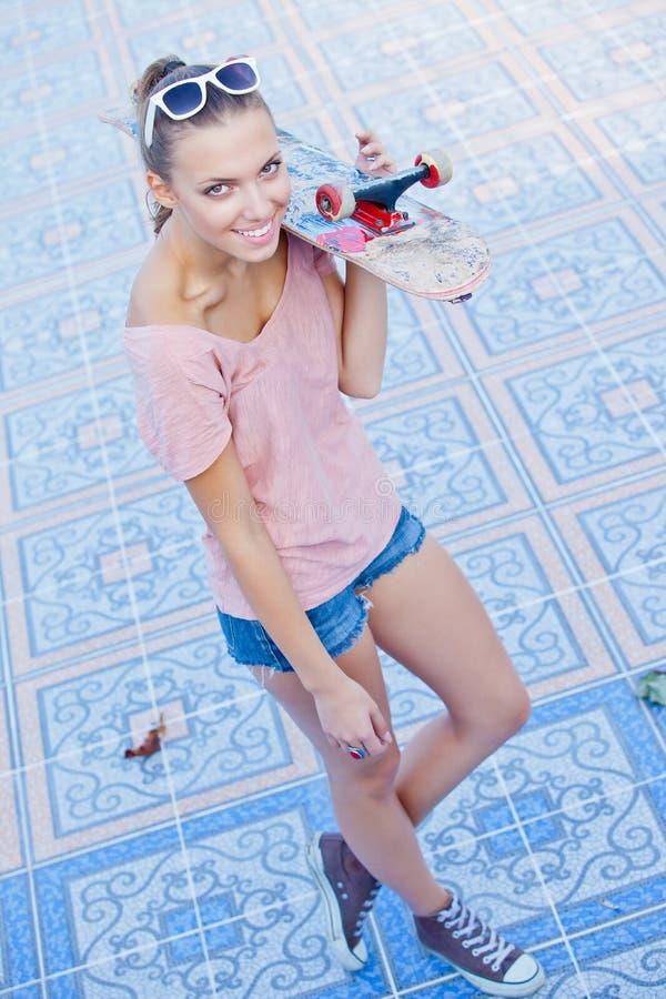 Красивейшая молодая женщина в солнечных очках стоковое фото