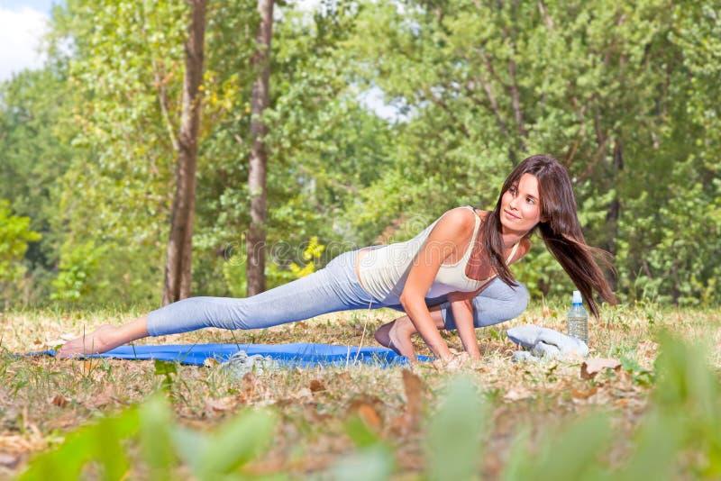 Красивейшая молодая женщина делая йогу стоковое изображение rf