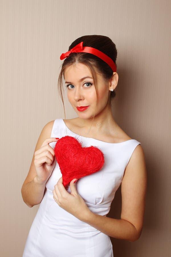 Красивейшая молодая женщина держа красное сердце стоковое изображение rf