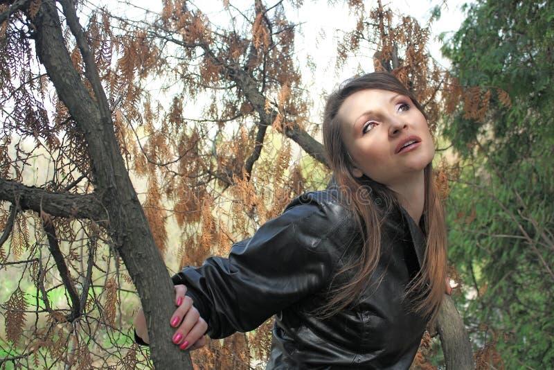 Красивейшая молодая женщина слушает звуки древесины стоковая фотография rf