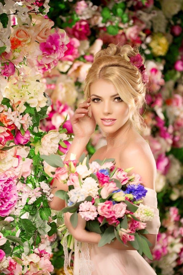 красивейшая модель способа невеста чувственная Женщина с платьем свадьбы стоковая фотография rf