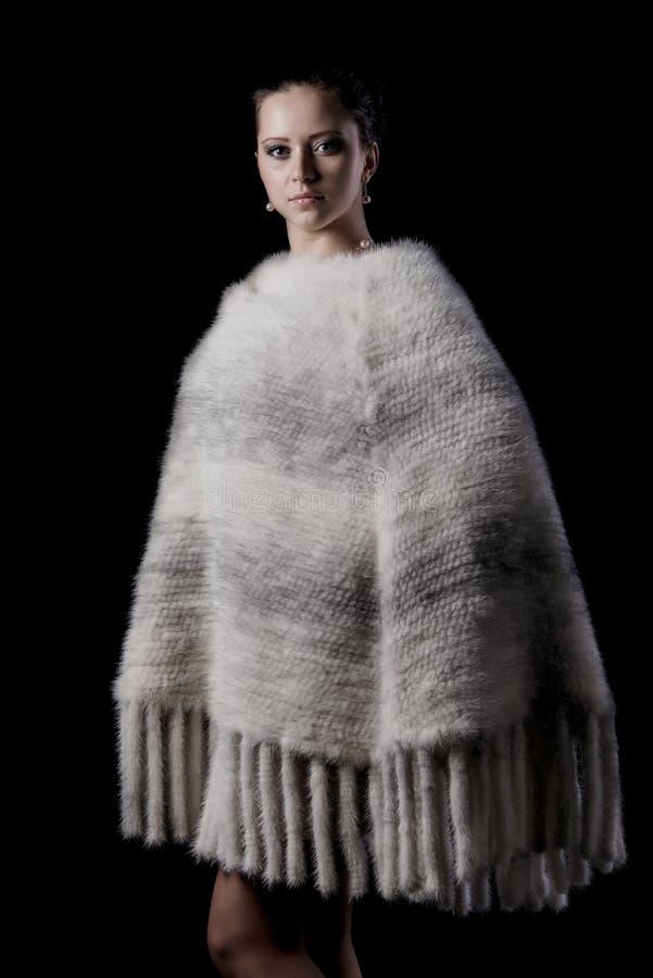 Модель красотки женская нося теплую белизну связала плащпалату стоковое изображение rf