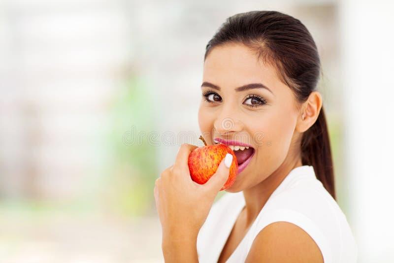 Женщина есть яблоко стоковое фото rf