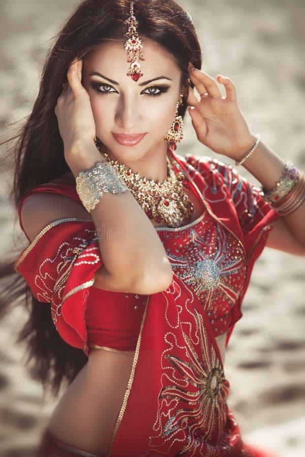 Красивейшее индийское bellydancer женщины. Аравийская невеста стоковые фотографии rf