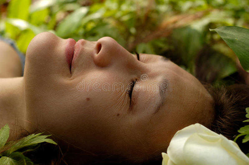 Красивейшая молодая Relaxed сторона женщины стоковые фотографии rf