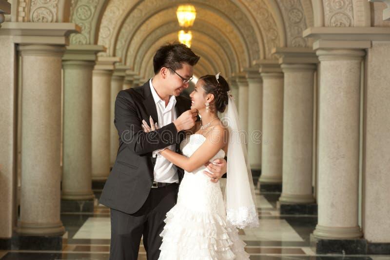 Красивейшая невеста и красивый groom на христианской церков во время венчания. стоковые изображения