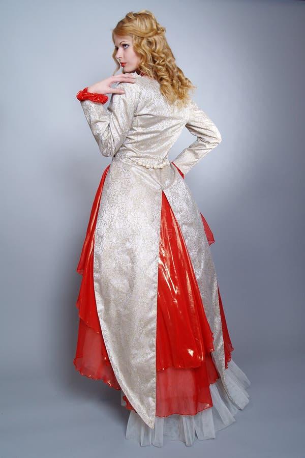 Красивейшая невеста одетьнная в исключительном платье стоковая фотография