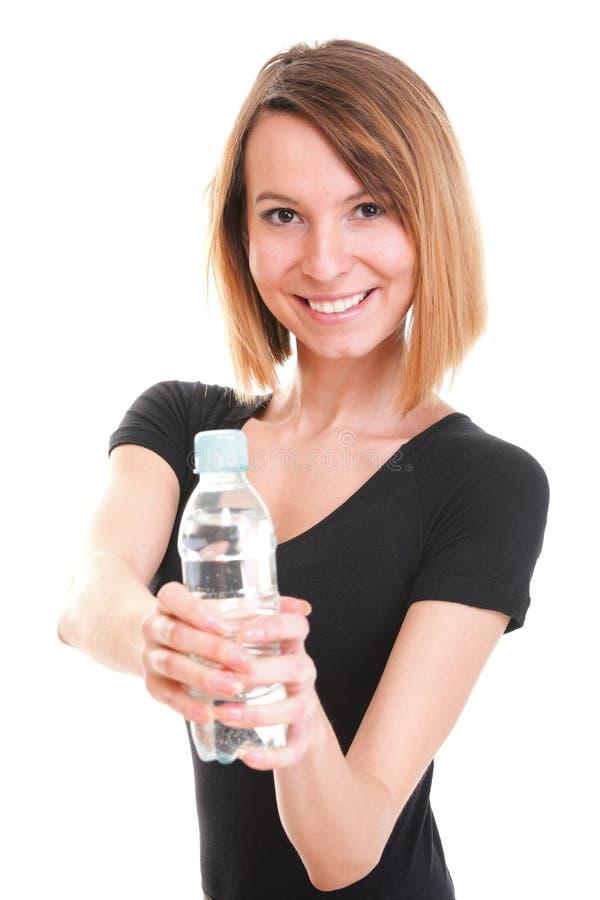 Красивейшая питьевая вода девушки от голубой изолированной бутылки стоковые изображения