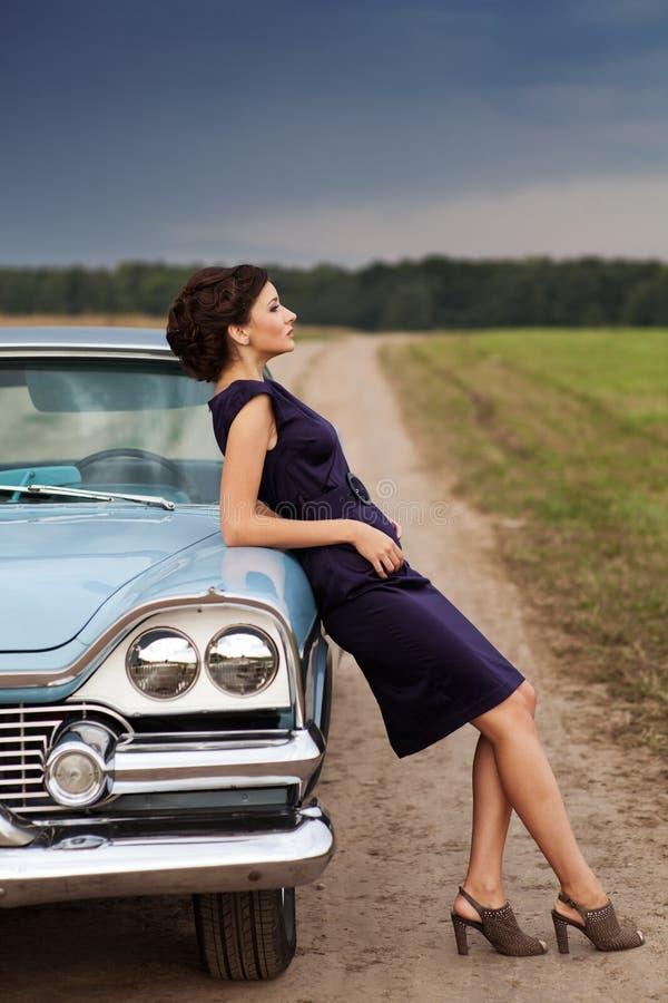 Красивейшая повелительница стоя около ретро автомобиля