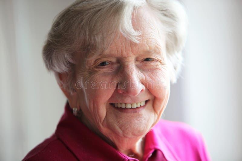 красивейшая пожилая усмешка пенсионера стоковое фото rf