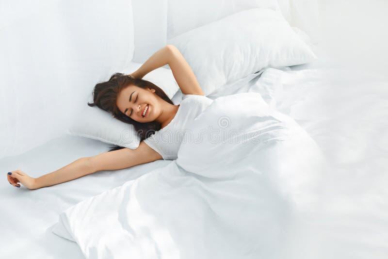 красивейшая поднимающая вверх просыпая женщина стоковая фотография rf