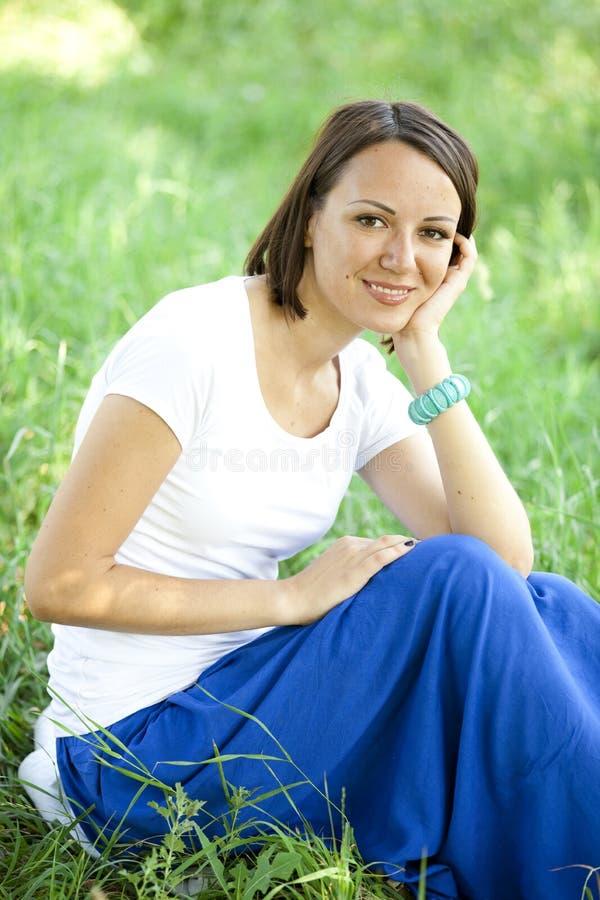 Красивейшая предназначенная для подростков девушка в парке на зеленой траве. стоковые изображения