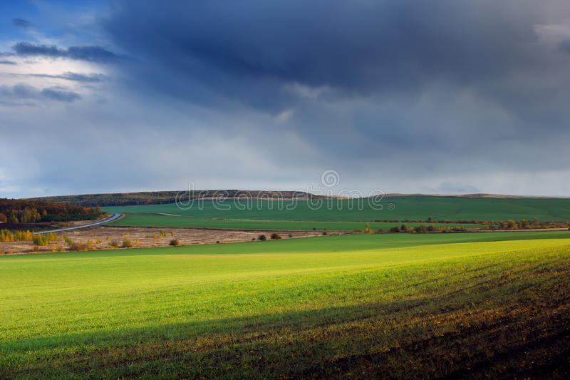 красивейшая природа ландшафта Пасмурный заход солнца на зеленых полях стоковая фотография rf
