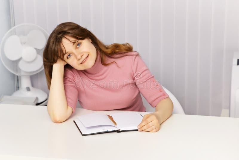 красивейшая сидя женщина таблицы стоковое фото rf