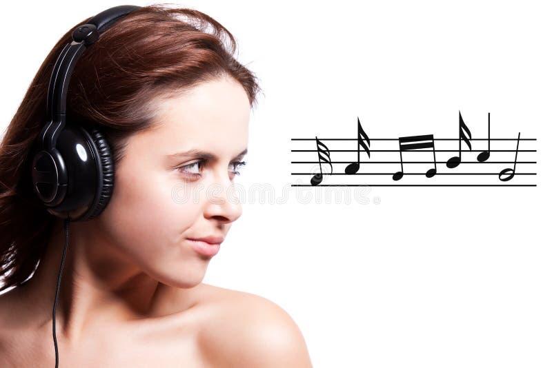 красивейшая слушая женщина нот стоковые изображения rf