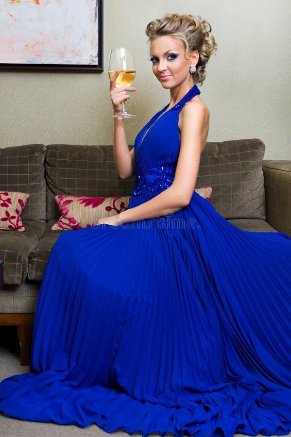 красивейшая стеклянная женщина вина стоковые фото
