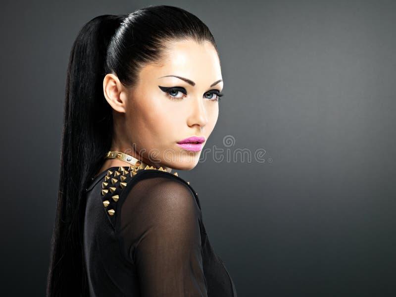 Красивейшая сторона женщины способа с ярким составом. стоковая фотография rf
