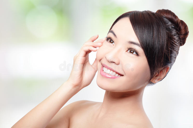 Красивейшая сторона усмешки женщины с чистой кожей стороны стоковое фото rf