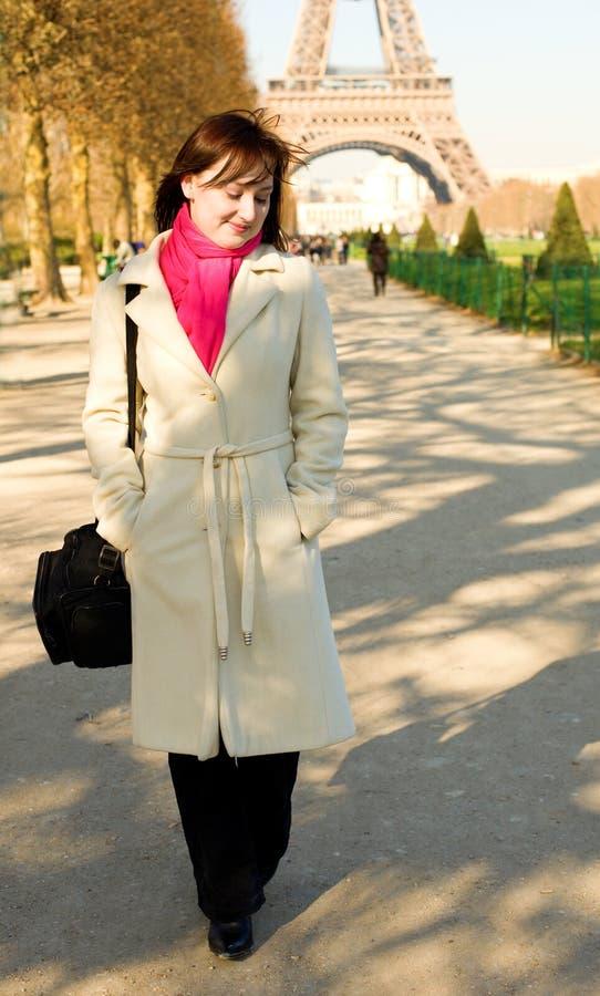 красивейшая счастливая женщина paris гуляя стоковые изображения rf