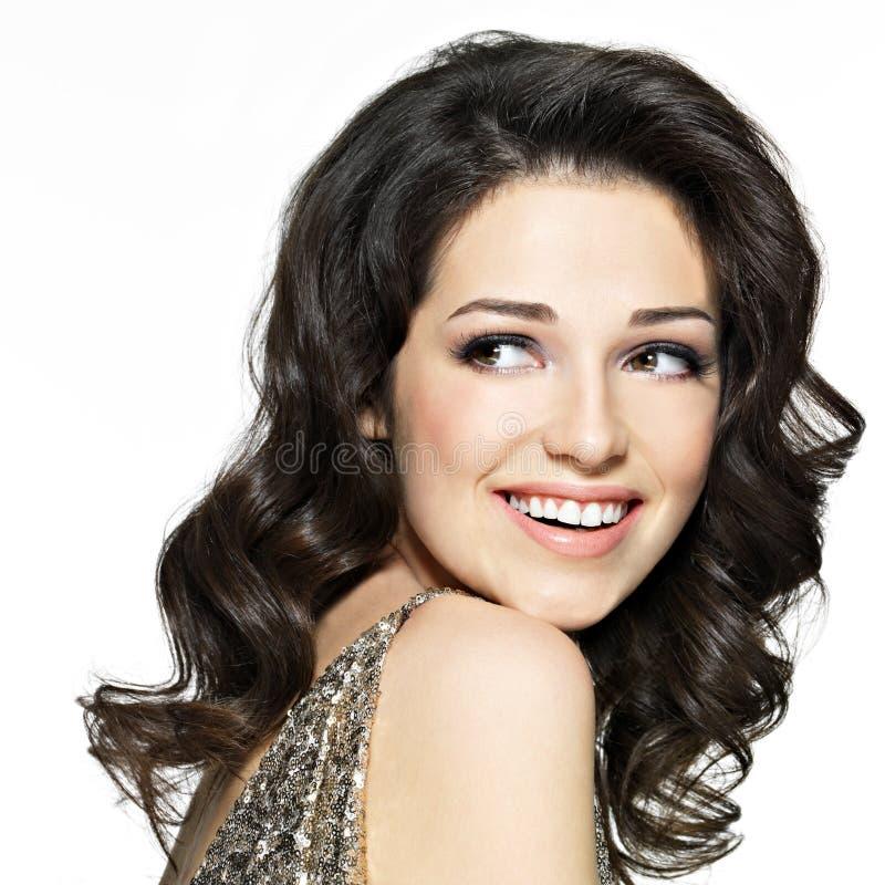 Красивейшая счастливая смеясь над женщина с коричневыми волосами стоковые фото