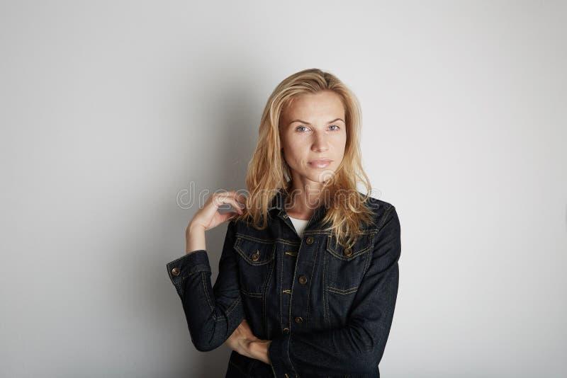 красивейшая ся женщина белокурые волосы стоковая фотография