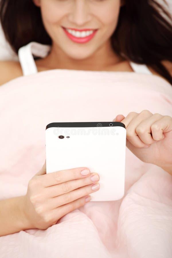 красивейшая таблетка компьютера используя детенышей женщины стоковые изображения
