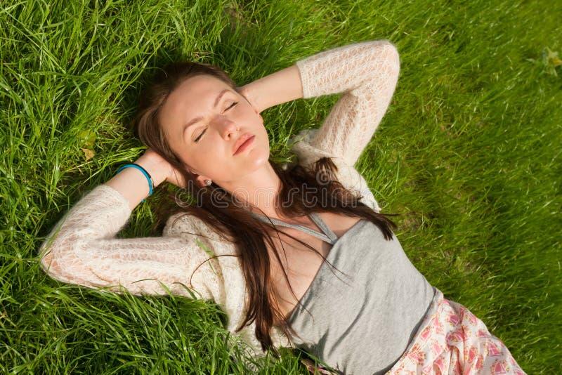 красивейшая трава девушки стоковое фото rf