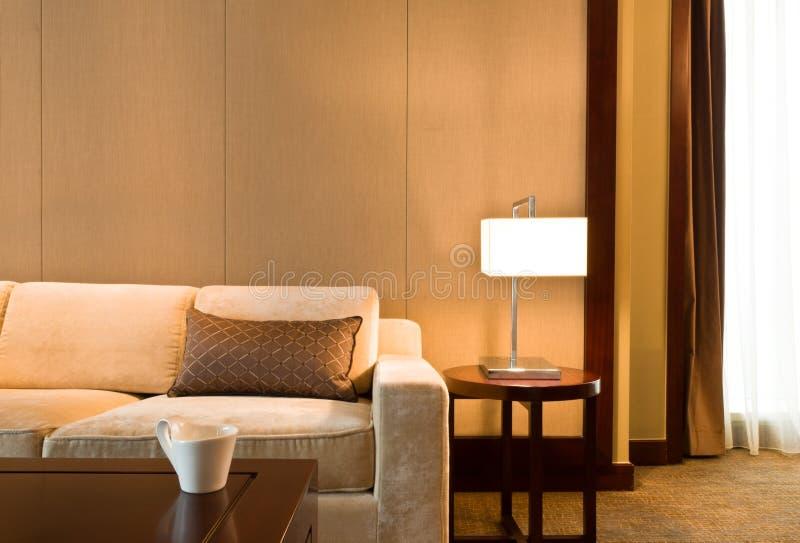 красивейшая украшенная живущая славная софа комнаты стоковые изображения rf
