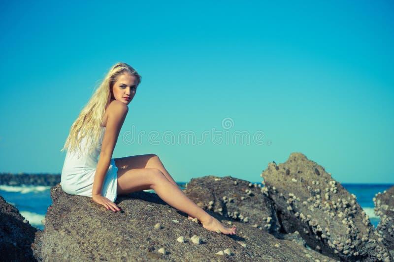 красивейшая утесистая женщина seashore стоковая фотография rf