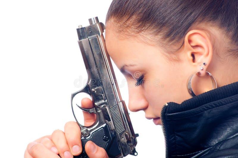 красивейшая черная кожа куртки удерживания пушки девушки стоковые изображения