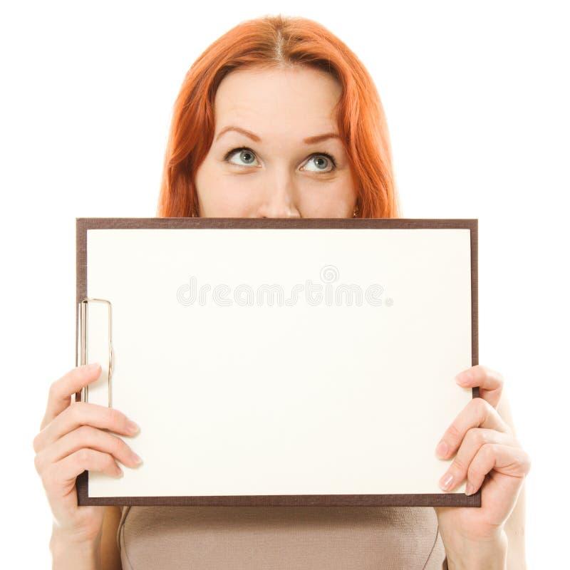Красивейшая red-haired девушка показывая пустой signboard стоковые изображения rf