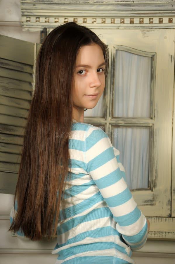 Красивейшее брюнет предназначенное для подростков стоковое изображение rf