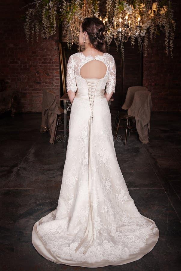 красивейшее венчание платья невесты Заднее представление стоковое изображение rf