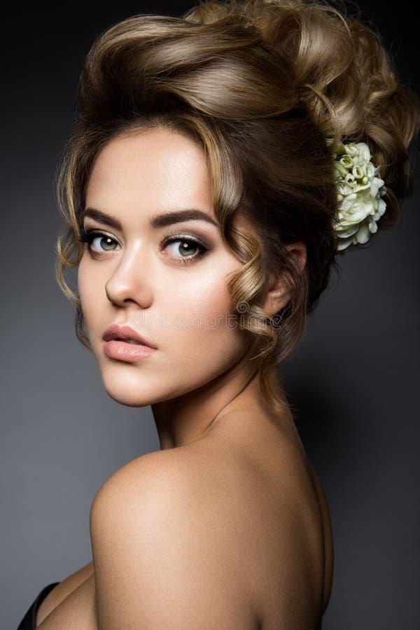 красивейшее венчание стиля причёсок способа невесты стоковые изображения rf