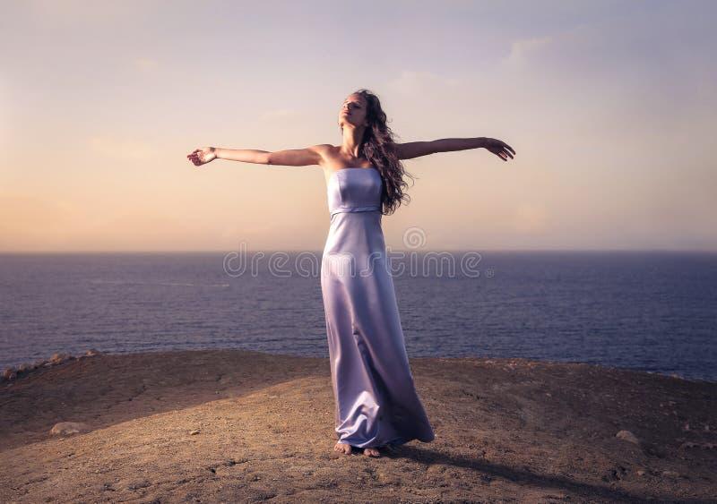 красивейшее взморье девушки стоковые фотографии rf