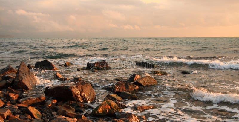 красивейшее визирование seashore каменистое стоковые изображения