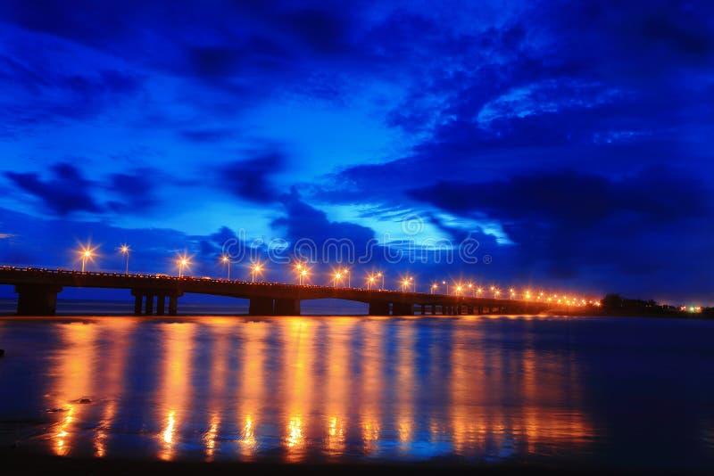 красивейшее голубое ночное небо моста стоковое изображение