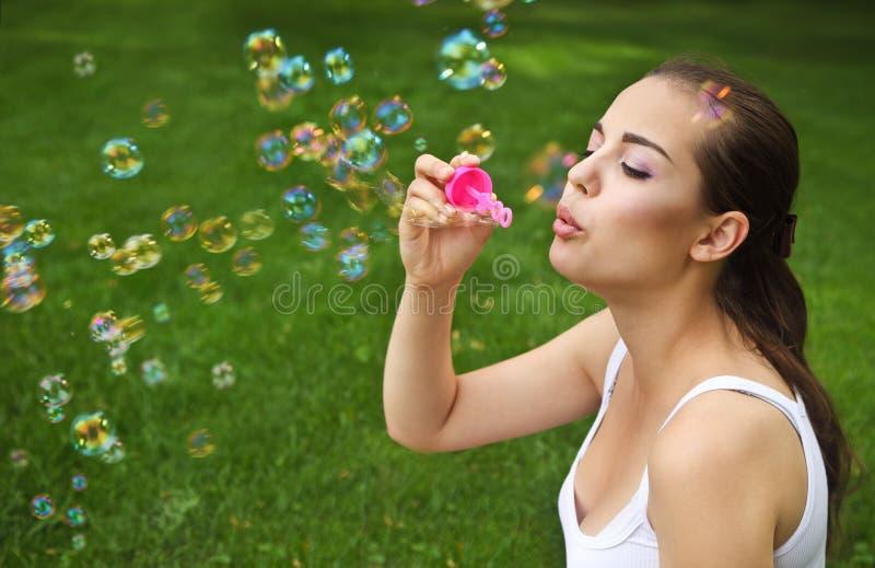 красивейшее дуя брюнет клокочет мыло девушки молодое стоковое фото