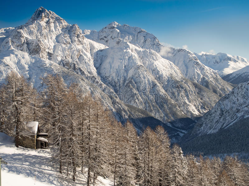 Download Красивейшее изображение зимы Landscape Стоковое Фото - изображение насчитывающей бег, пик: 40586622