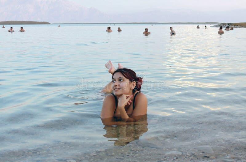красивейшее мертвое плытое море девушки стоковое изображение