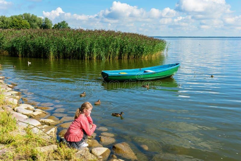 красивейшее озеро девушки ближайше стоковое изображение rf