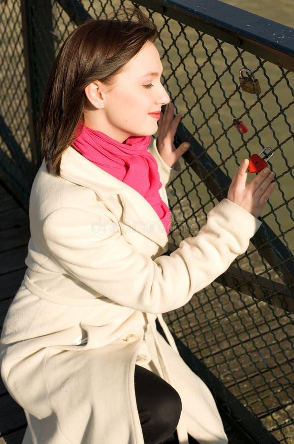 красивейшее сердце девушки моста немногая красное стоковое изображение