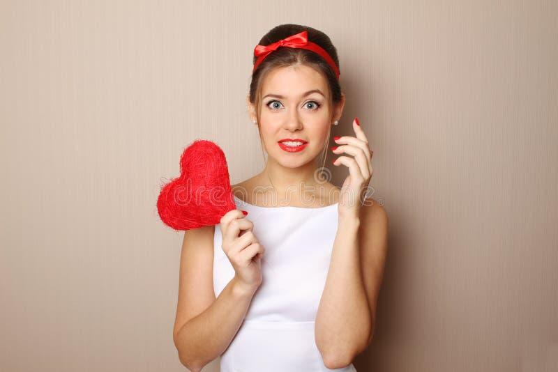 красивейшее сердце держа красную женщину молодым стоковые фотографии rf