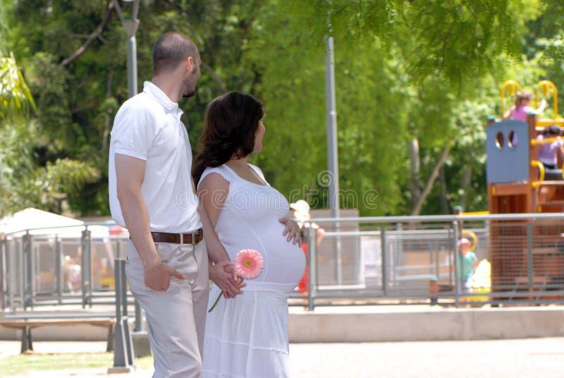 красивейшее счастливое ее беременная женщина супруга стоковое изображение