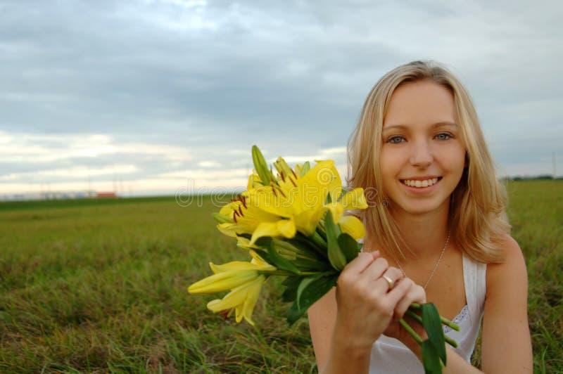 Download красивейшее удерживание девушки цветков Стоковое Фото - изображение насчитывающей outdoors, blondish: 6859332