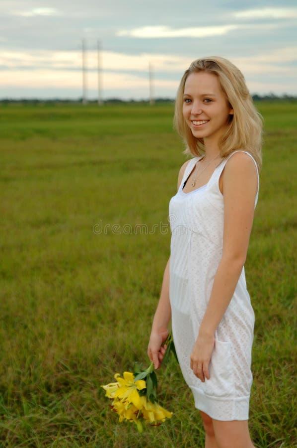 Download красивейшее удерживание девушки цветков Стоковое Фото - изображение насчитывающей airbrush, трава: 6859402