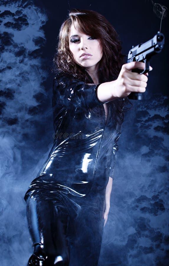 красивейшее удерживание пушки девушки сексуальное стоковая фотография